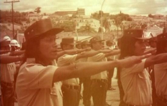 Indígenas fazem saudação militar nacionalista em desfile na década de 1970