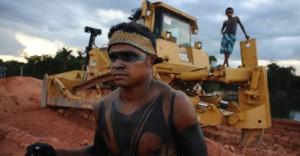 8jul2012---indios-protestam-contra-a-construcao-da-usina-hidreletrica-de-belo-monte-em-vitoria-do-xingu-pa-no-sabado-7-1341746189024_956x500