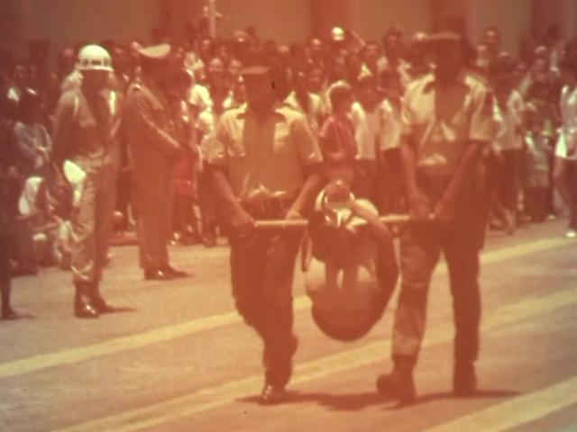 Índios desfilam com homem pendurado no pau de arara durante cerimônia de formatura da Guarda Rural Indígena